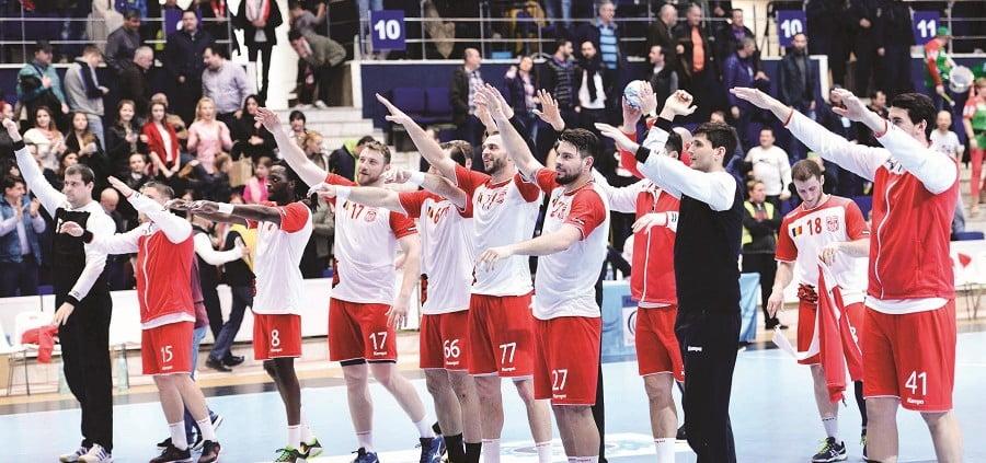 Handbalistii de la Dinamo Bucuresti saluta galeria la finalul jocului